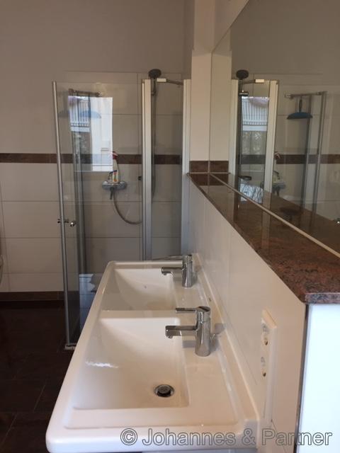 großes, helles Bad mit Doppelwaschtisch und Dusche