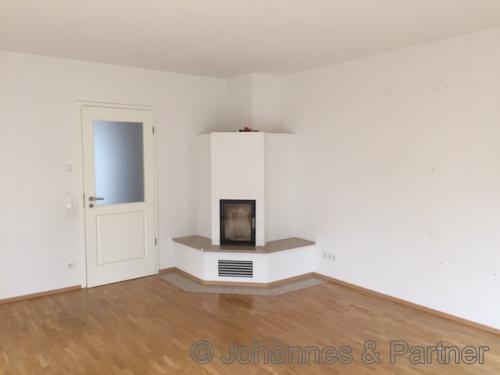 großes, helles Wohnzimmer mit Kamin