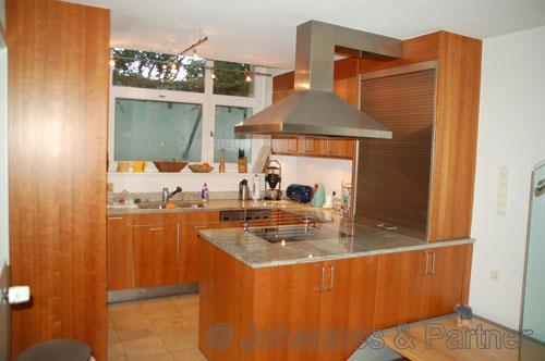 hochwertige Bulthaup-Einbauküche mit Granitarbeitsplatte und Miele-Geräten