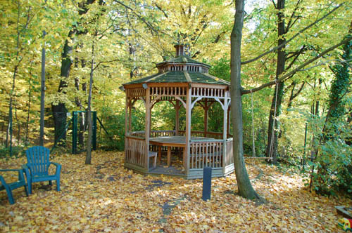 Pavillon im parkähnlichen Garten zur Nutzung