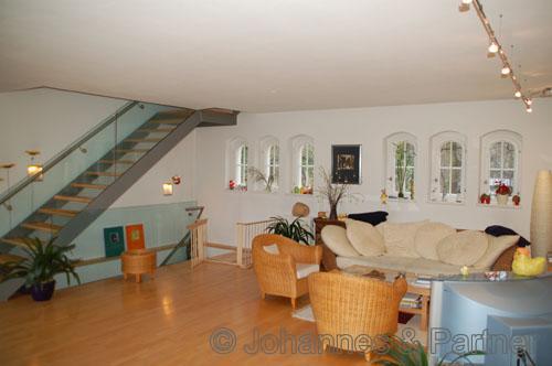 Wohnzimmer mit Treppe zur oberen Ebene
