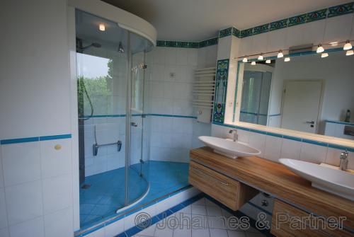exklusives Bad in der unteren Ebene mit Dampfsauna