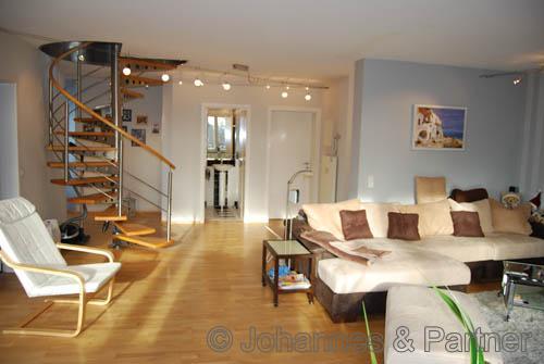 großes Wohnzimmer mit Treppe zur oberen Ebene
