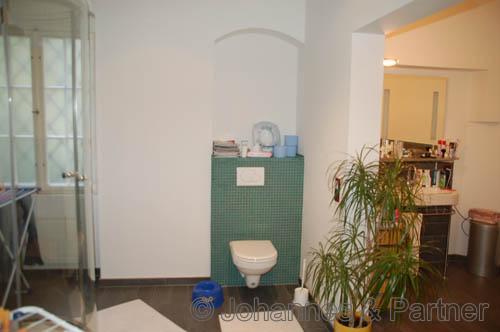 eines der beiden Badezimmer mit Badewanne, Dusche und Fenster