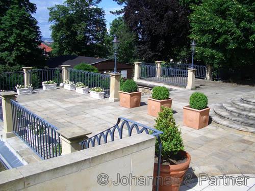 große Terrasse nach Südwesten mit Treppe in den Garten