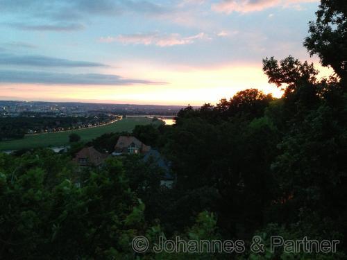Blick von der Terrasse nach Westen bei Sonnenuntergang