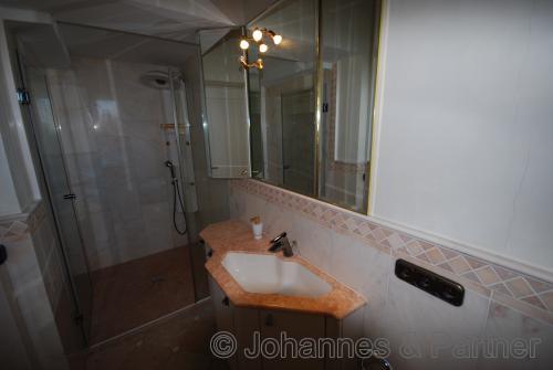 schönes Bad mit Fenster