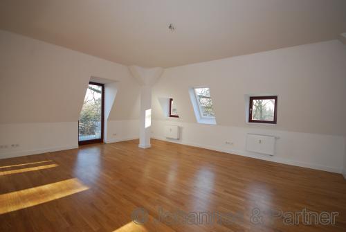 großes und sehr helles Wohnzimmer