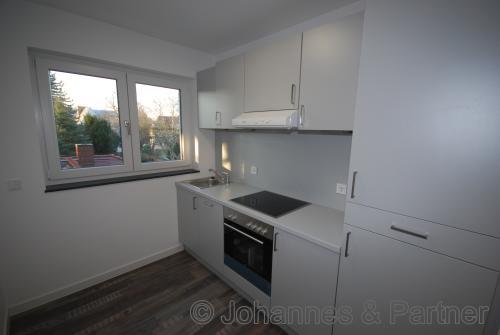 Küche mit Einbauküche und Fenster ähnlich