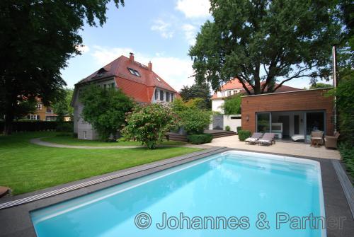 großer Pool und schönes Poolhaus im Garten