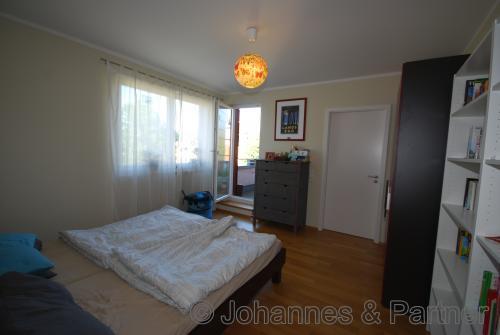 Schlafzimmer mit eigenem Bad und eigenem Balkon in der oberen Ebene