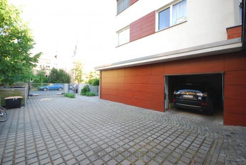 Garage (direkt neben dem Hauseingang) für einen größeren PKW geeignet