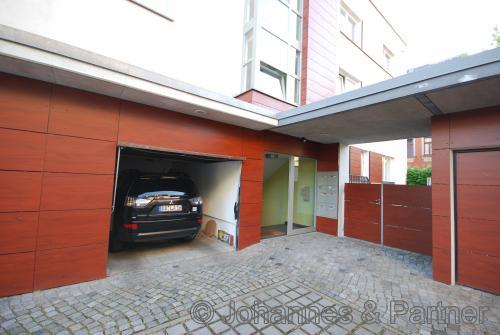 Garage (direkt neben dem Hauseingang)  für einen größeren PKW-geeignet