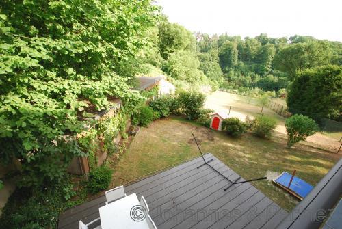 Blick vom Obergeschoss auf Terrasse und in den Garten