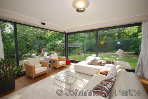 herrliches Wohnzimmer mit Blick ins Grüne
