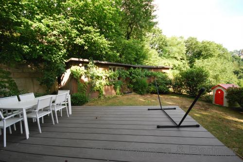 Terrasse nach Süden mit kleinem Weinbergshaus als Abstellfläche