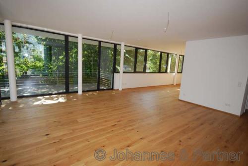 großes, helles Wohnzimmer