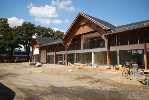 Hausansicht während der Bauphase im Sommer