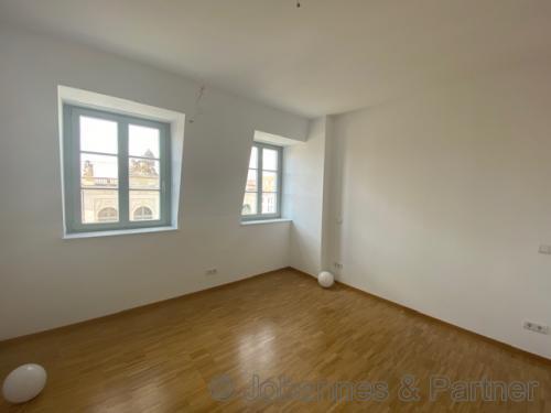 große, helle Zimmer
