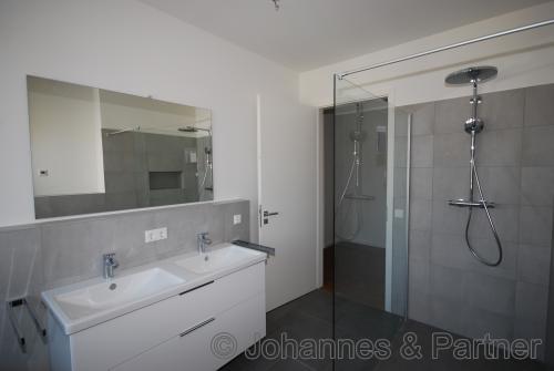 Badezimmer mit Einbaumöbeln