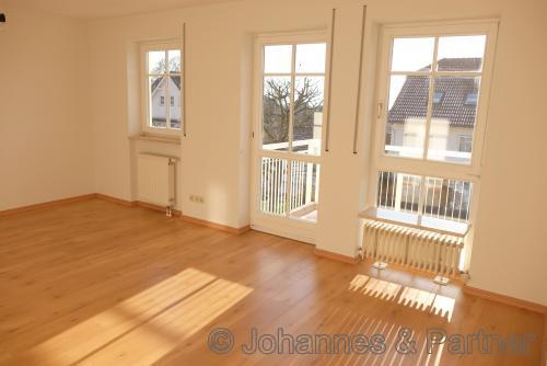Zimmer im Obergeschoss nach Süden mit Balkon