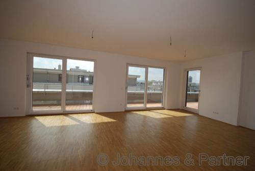 großes, helles Wohnzimmer ähnlich