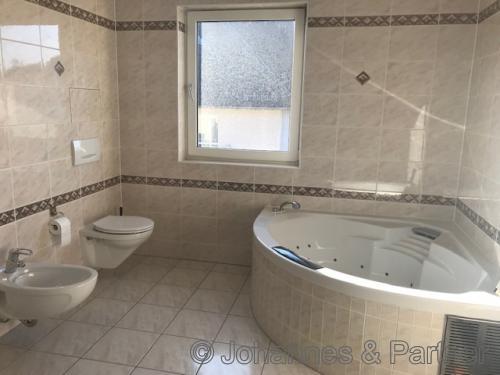Bad mit Badewanne (Whirlpool) und Dusche