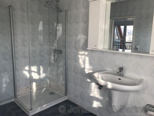 Bad mit Dusche in der oberen Ebene
