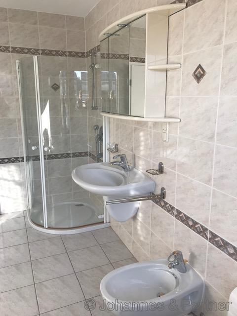 Badezimmer in der unteren Ebene