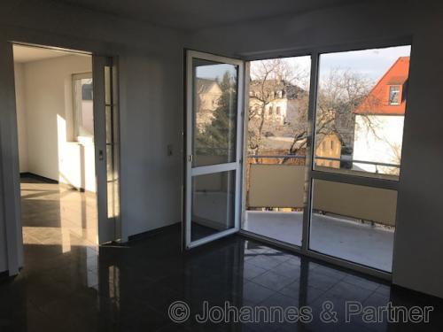 Zimmer mit Balkon in der unteren Ebene und Schiebetür zum Wohnzimmer