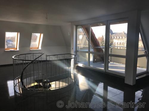 helle, sonnige Räume in der oberen Ebene mit kleiner Dachterrasse