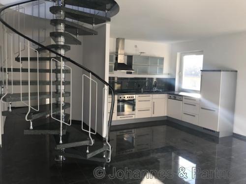 Wohnzimmer mit Blick zur Küche mit EBK