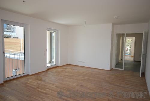 großes, helles Wohnzimmer mit Terrasse