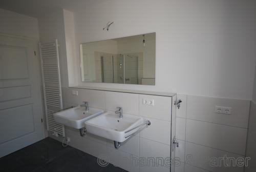 großes, helles Bad mit Doppelwaschtisch und Fenster