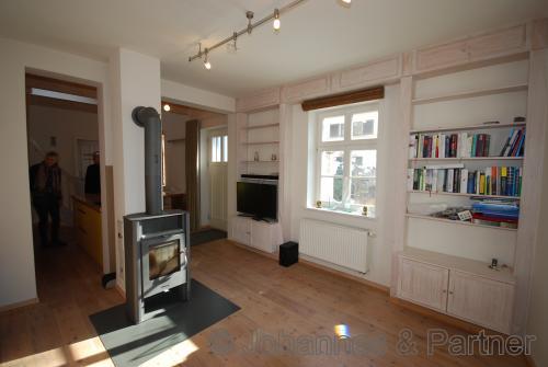 Wohnzimmer mit Kamin (auf Wunsch teilmöbliert)