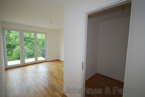 große, helle Zimmer ; Schlafzimmer mit Ankleide