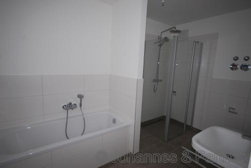 Bad mit Wanne, Dusche und Fenster