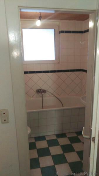 Bad mit Badewanne und Fenster  (Bild aus der baugleichen Wohnung darüber)