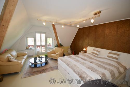 großes Schlafzimmer im Dachgeschoss
