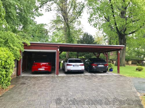 zur Wohnung gehören diese drei PKW-Stellplätze (1x Garage und 2x Carport)
