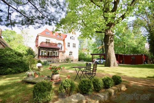 Blick aus dem eigenen Garten auf die Villa