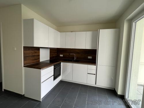 große, helle Küche mit Einbauküche
