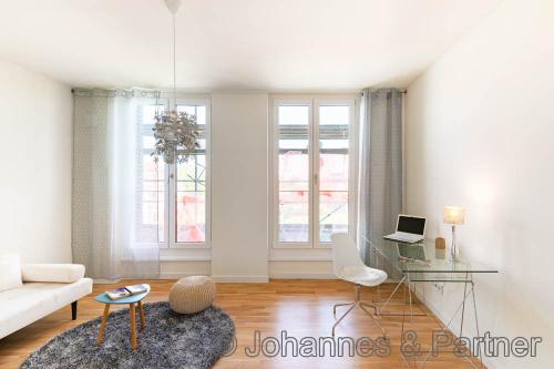 großes, helles Zimmer (Musterwohnung)