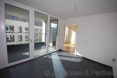große Wohnküche und Balkon