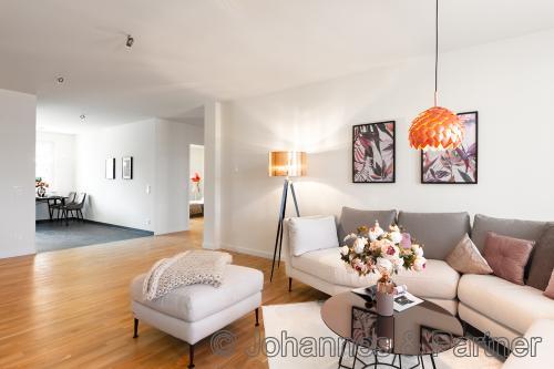 großes, helles Wohnzimmer (Musterwohnung)