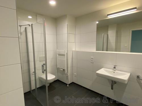 großes Bad mit Badewanne und Dusche
