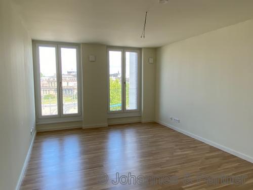 großes, helles Wohnzimmer mit Blick zum Zwinger