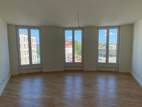 großes, helles Wohnzimmer mit Ausblick zum Zwinger