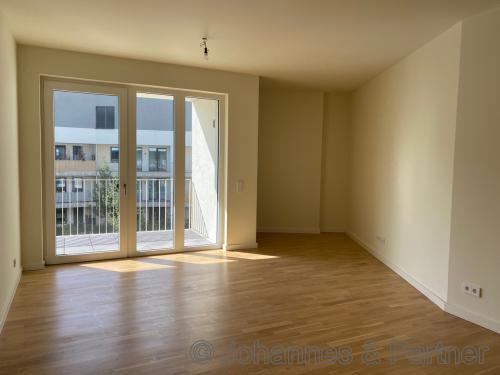 großes, helles Wohnzimmer mit ZUgang zum Balkon