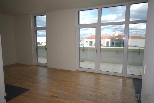 sehr großes und helles Wohnzimmer